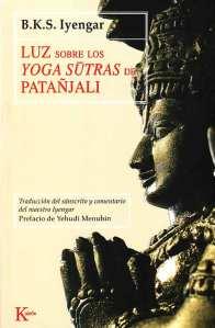 La filosofía del yoga fue descrita por primera vez en los Yoga-sūtras, una recopilación de aforismos transmitida hace más de dos mil años por el sabio indio Patañjali. Estos sūtras constituyen el primer estudio de la psique humana, y siguen siendo su exposición más profunda e iluminadora. En ellos Patañjali aborda el enigma de la existencia humana y muestra cómo, a través de la práctica del yoga, podemos autotransformarnos, controlar la mente y las emociones, superar los obstáculos de nuestra evolución espiritual y alcanzar la meta del yoga: kaivalya, la liberación del apego a los deseos y acciones mundanas, y la unión con lo divino. Esta edición única contiene una nueva traducción de los sūtras y también un comentario a cargo del más importante maestro de yoga del mundo, B.K.S. Iyengar, que ha enriquecido el texto con su propia sabiduría y experiencia en la práctica del yoga. El resultado es un libro útil y accesible, de inmenso valor tanto para estudiantes de la filosofía ínidca como para los practicantes de yoga.